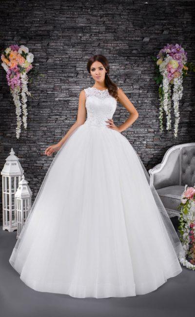 Торжественное свадебное платье пышного кроя с кружевным лифом с вырезом под горло.