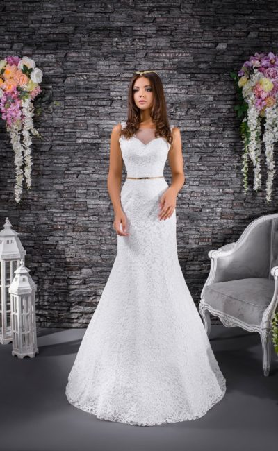 Кружевное свадебное платье силуэта «русалка», дополненное золотистым поясом на талии.