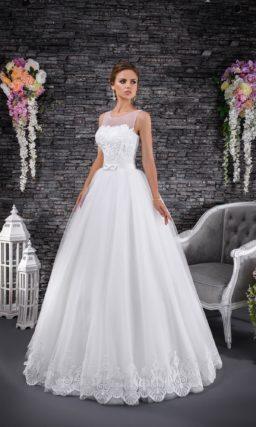 Романтичное свадебное платье пышного кроя с бантом на талии и вставкой над лифом.