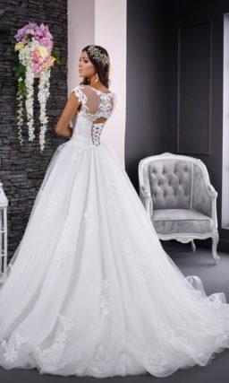 Пышное свадебное платье с закрытым верхом и отделкой крупными кружевными аппликациями.