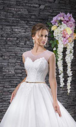 Пышное свадебное платье с узким золотистым поясом и полупрозрачной вставкой над лифом.