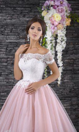Свадебное платье с эффектным декольте и пышной юбкой розового цвета с белым кружевом.