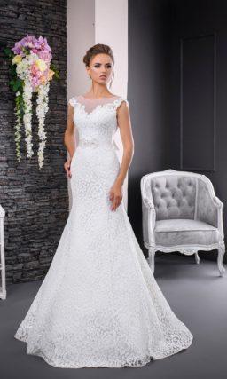 Кружевное свадебное платье «русалка» с поясом и элегантным закрытым верхом без рукавов.