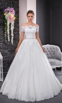 Классическое свадебное платье пышного силуэта с фигурным портретным вырезом с кружевом.