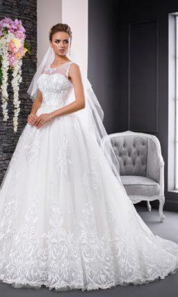 Изящное свадебное платье с закрытым верхом и крупным кружевным узором.