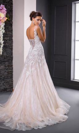 Эффектное свадебное платье силуэта «русалка» с многослойной юбкой и изящными бретелями.