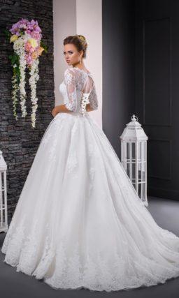 Изысканное свадебное платье с пышной юбкой и кружевным рукавом длиной три четверти.