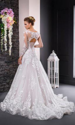 Свадебное платье с кружевной глянцевой отделкой и вырезом «замочная скважина» сзади.