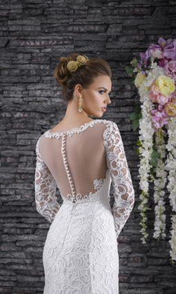 Элегантное свадебное платье облегающего кроя, оформленное фактурной кружевной тканью.