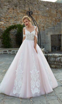 Пышное свадебное платье с элегантным кружевным корсетом и розовой юбкой с аппликациями.