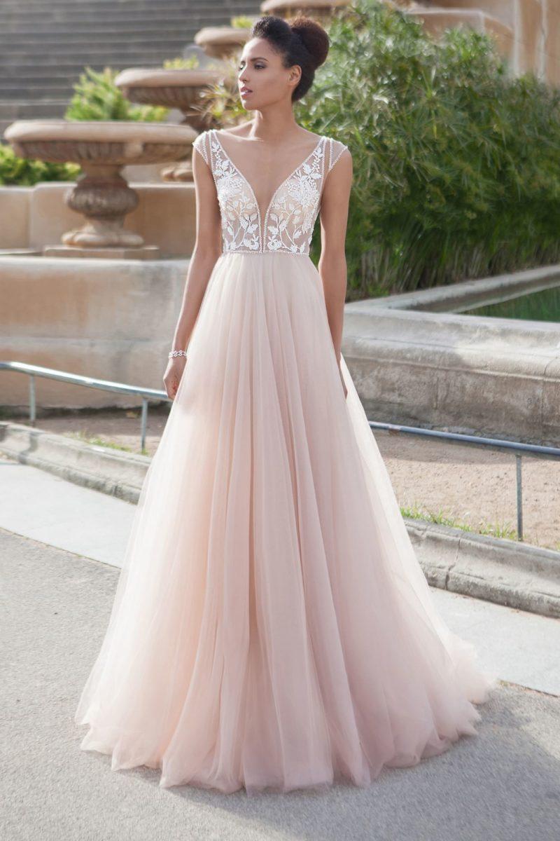 Свадебное платье прямого кроя с нежным полупрозрачным лифом и пудровой юбкой.