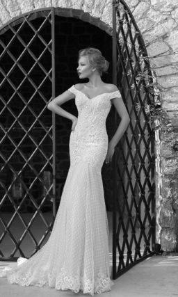 Свадебное платье облегающего кроя с портретным декольте, обрамленным широкими бретелями.