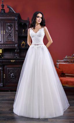 Нежное свадебное платье «принцесса» с кружевным корсетом и узким лавандовым поясом.