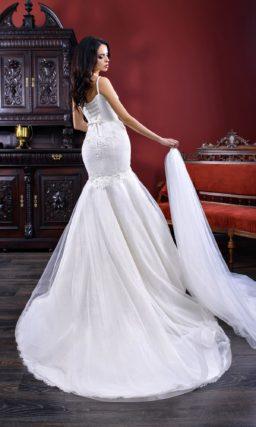 Великолепное свадебное платье «русалка» с узкими бретелями и роскошным шлейфом сзади.