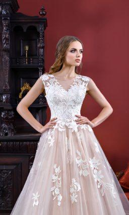 Нежное свадебное платье розового цвета с многослойной юбкой, покрытой аппликациями.