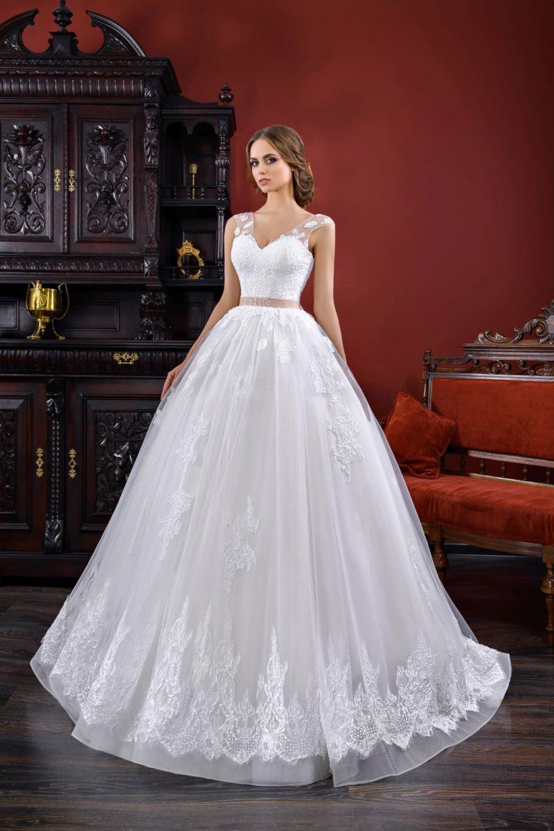 Пышное свадебное платье с широким розовым поясом, женственным вырезом и аппликациями.