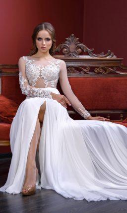 Чувственное свадебное платье прямого кроя с полупрозрачным верхом и разрезом по подолу.