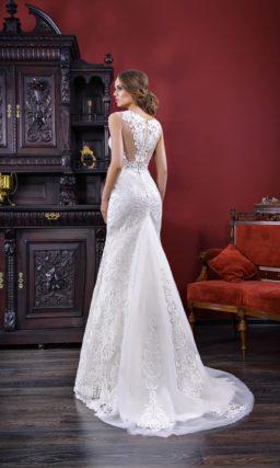Элегантное свадебное платье облегающего кроя, оформленное фактурным кружевным декором.