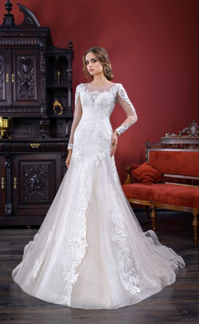 Деликатное свадебное платье «русалка» с длинным полупрозрачным рукавом и округлым вырезом.