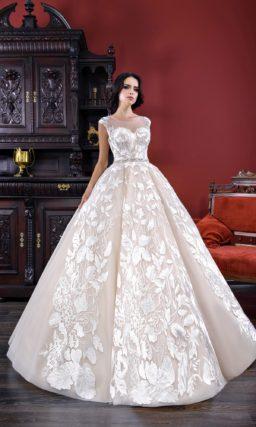 Розовое свадебное платье с эффектной юбкой А-силуэта и крупным декором из аппликаций.