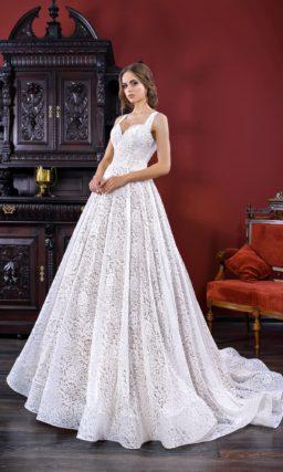 Кружевное свадебное платье «принцесса» с лифом в форме сердца и бретелью халтер.