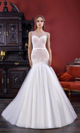 Изысканное свадебное платье силуэта «рыбка» на бежевой подкладке, с узким поясом на талии.