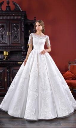 Роскошное свадебное платье из плотной ткани, с кружевным декором и коротким рукавом.
