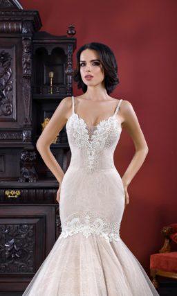 Бежевое свадебное платье с эффектной юбкой «русалка» и лифом на тонких бретельках.