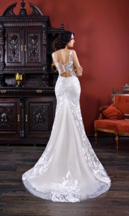Глянцевое свадебное платье силуэта «русалка», с полупрозрачными вставками по бокам лифа.