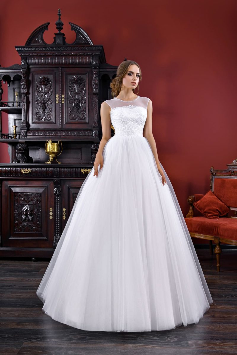 Свадебное платье А-силуэта с полупрозрачной вставкой над прямой линией декольте.