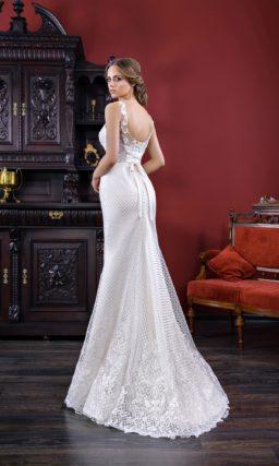 Фактурное свадебное платье силуэта «русалка» с изящным вырезом с прозрачными бретельками.