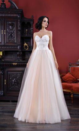 Свадебное платье с открытым корсетом с лифом в форме сердца и нежной персиковой юбкой.