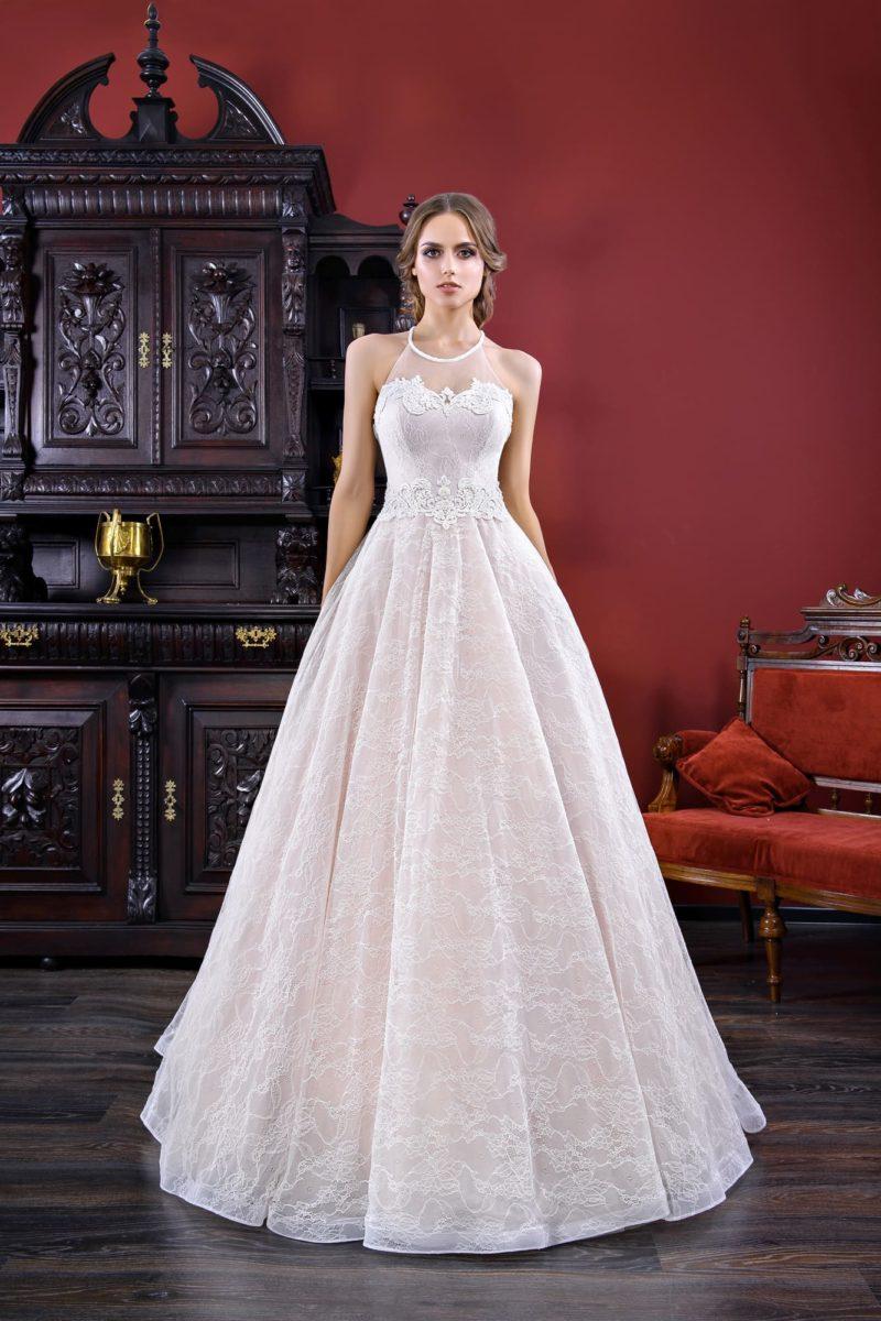 Деликатное розовое свадебное платье с воздушной юбкой и тонкой кружевной отделкой.