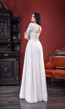 Классическое свадебное платье прямого кроя с длинным кружевным рукавом и округлым вырезом.