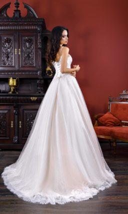 Свадебное платье из роскошной плотной ткани, с лифом на бретельках и юбкой А-силуэта.