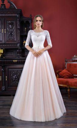 Свадебное платье с длинным кружевным рукавом и юбкой А-силуэта розового цвета.