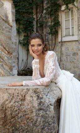 Эффектное свадебное платье с закрытым лифом, оформленным кружевом, и роскошным шлейфом.