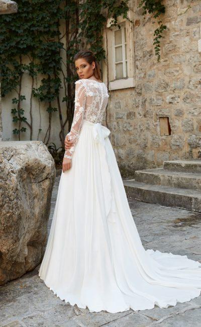 Платье с длинными кружевными рукавами