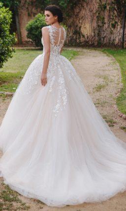 Пышное свадебное платье с романтичной фактурной отделкой по корсету и верху юбки.