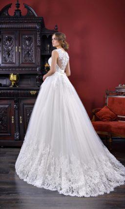 Свадебное платье «принцесса» с широкой полосой кружева по подолу и лифом без рукавов.
