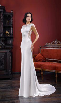 Прямое свадебное платье с элегантным шлейфом и ажурными вставками по бокам корсета.
