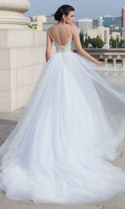 Пышное свадебное платье с сияющей отделкой корсета и узкими фигурными бретелями.