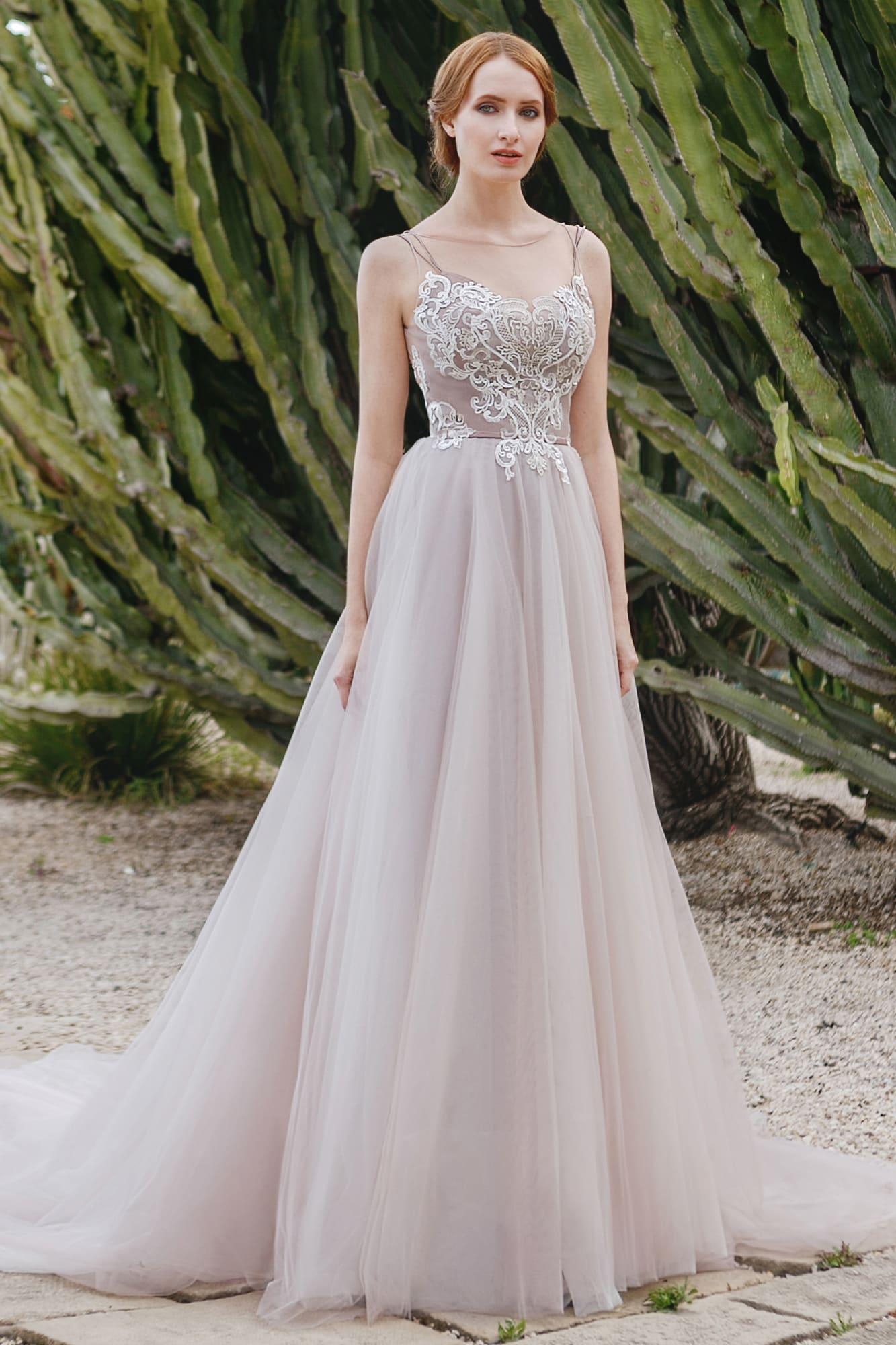 Пудровое свадебное платье «принцесса» с бретельками-спагетти и белым кружевом на лифе.