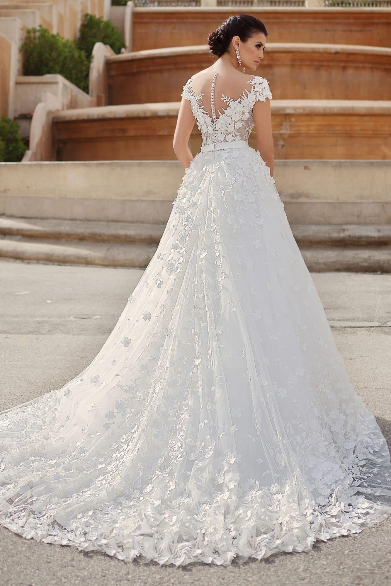 Свадебное платье силуэта «принцесса» с романтичной объемной отделкой закрытого верха.