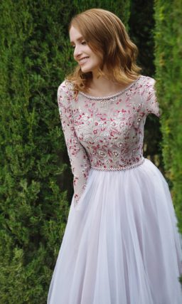 Пышное свадебное платье с закрытым верхом, украшенным изящной красной вышивкой.