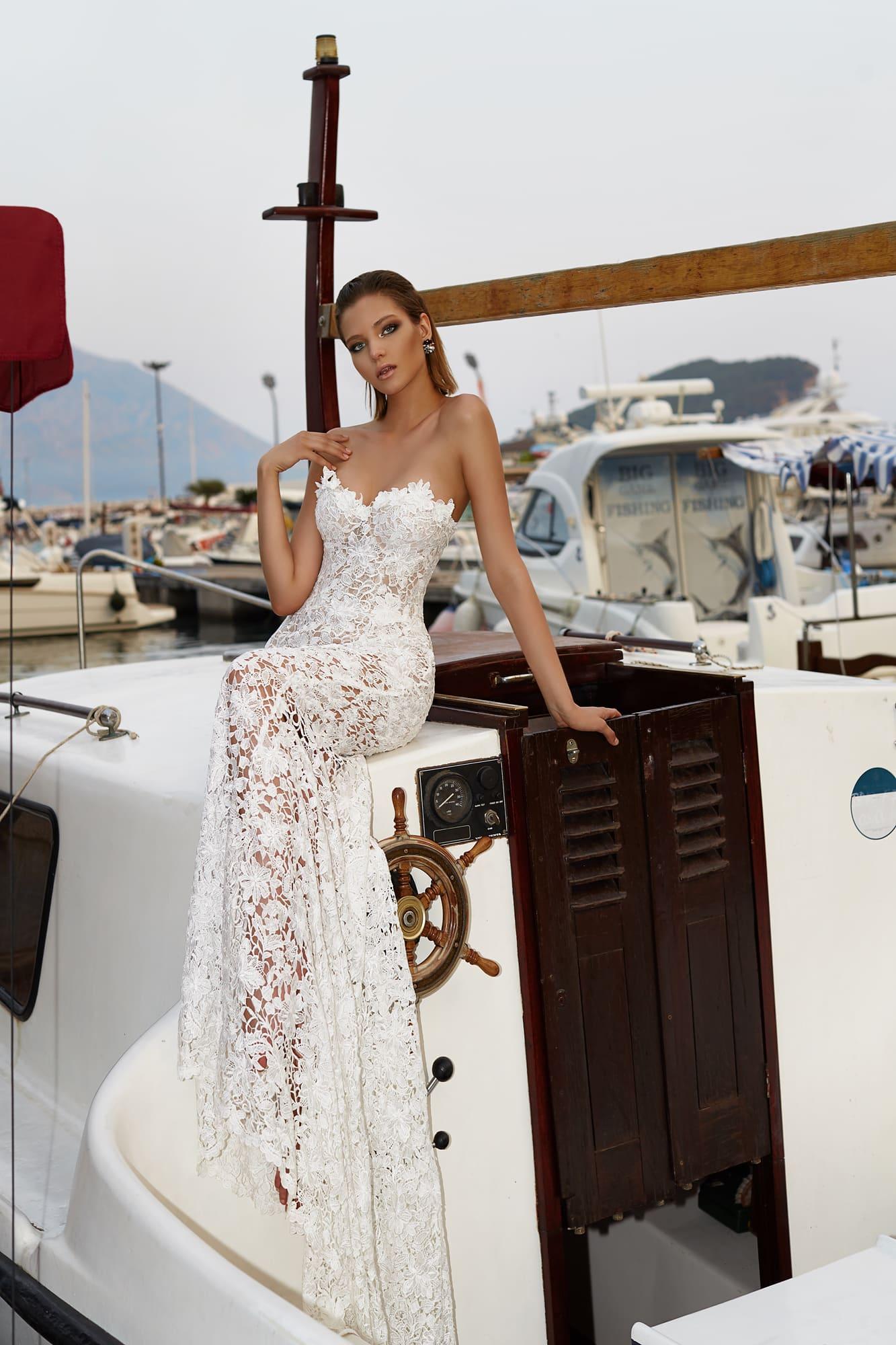 Кружевное свадебное платье прямого кроя с соблазнительным фигурным открытым лифом.