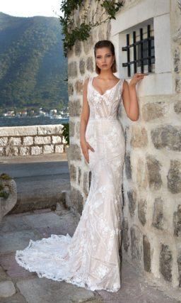 Прямое свадебное платье с соблазнительным кружевным декором и классическим декольте.