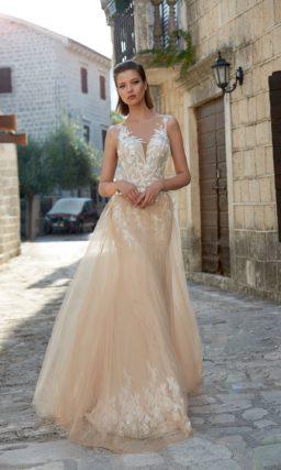 Прямое свадебное платье бежевого цвета с многослойной юбкой и кружевным декором лифа.