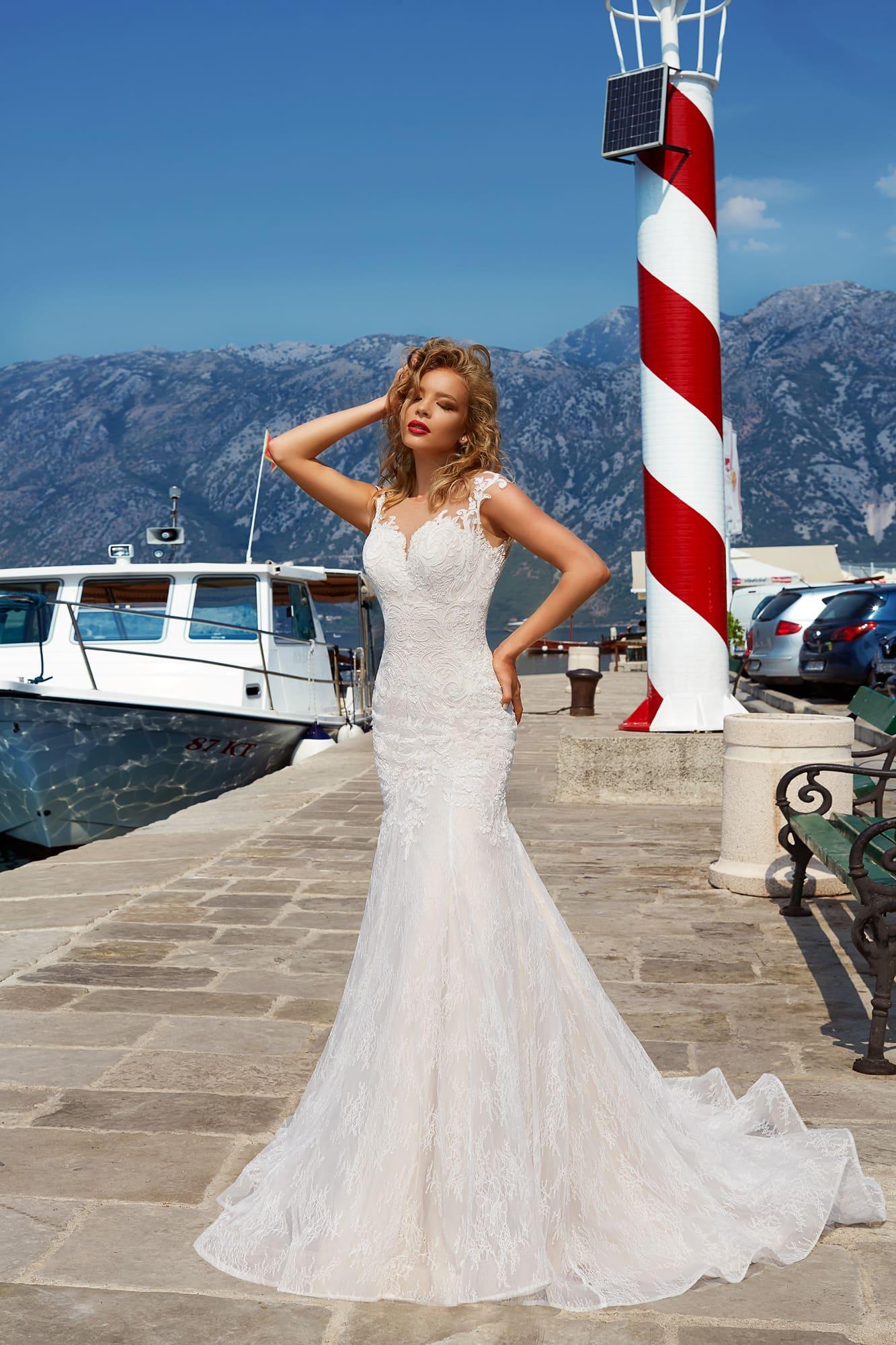Облегающее свадебное платье «русалка», выполненное из плотной фактурной ткани.