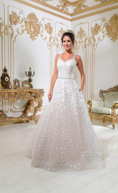 Оригинальное свадебное платье «принцесса» с юбкой на розовой подкладке и фактурным декором.